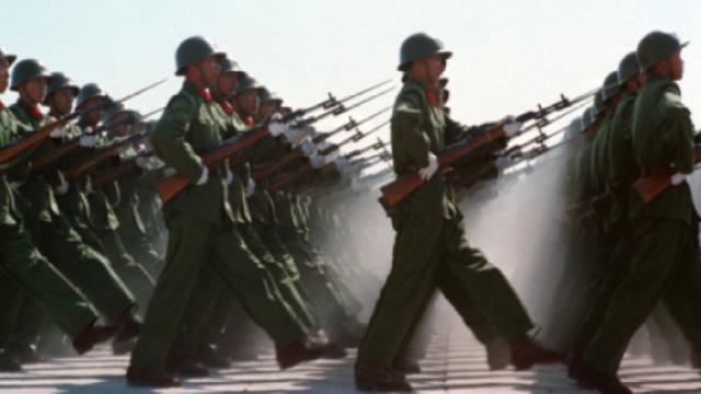 十万军人参加的阅兵式 史上罕见