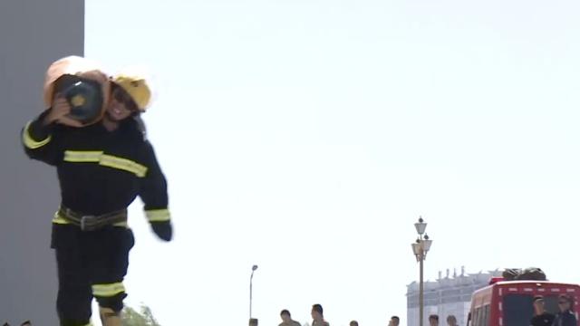 厉害了我的消防员!扛气罐健步如飞
