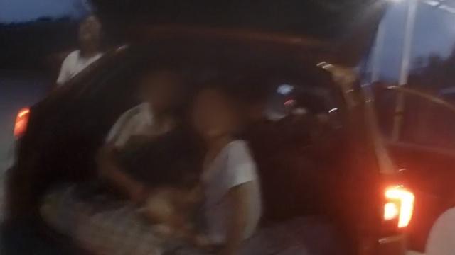 轿车超员被查,车主将2儿子塞后备箱