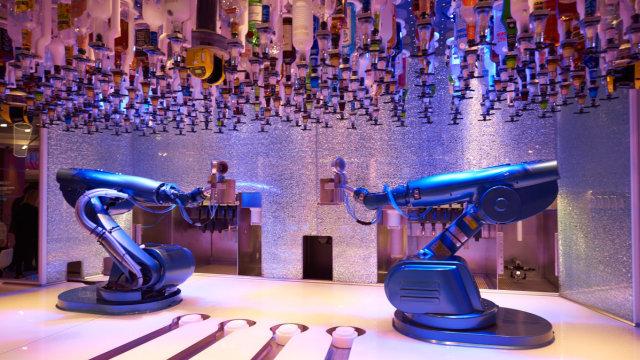 来一杯!这家酒吧调酒师全是机器人