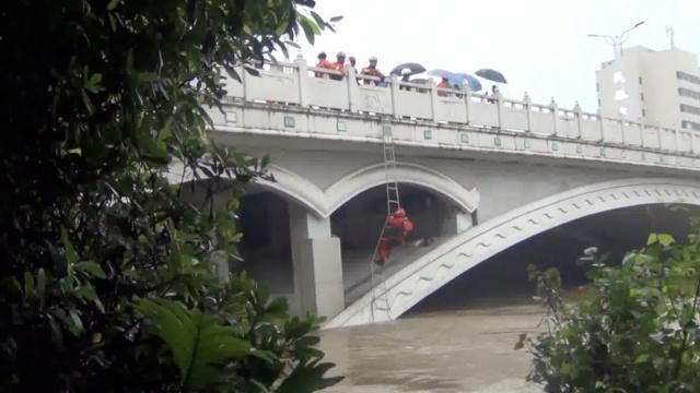 5流浪汉桥洞睡觉,醒来被洪水包围