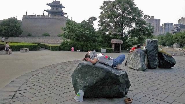 直播:辣眼睛!大妈广场抢趴石头热疗