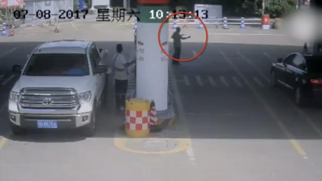 男子要炸加油站,却撞见了消防队长
