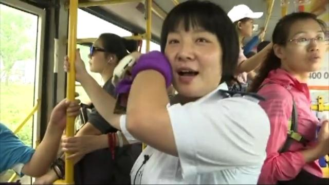 高温下的公交车:司机座椅被汗浸透