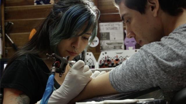 在古巴,搞纹身艺术是非法的