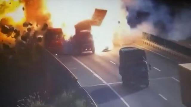 高速两车碰撞爆炸 驾驶员安然无恙