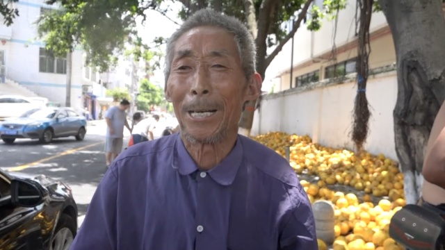大爷露宿街头卖香瓜,市民通宵来买