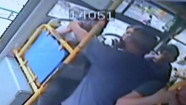 他公交上露下体猥亵2女,被抓连求饶
