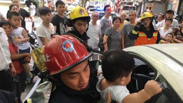 高温下婴儿被锁共享汽车,消防破窗