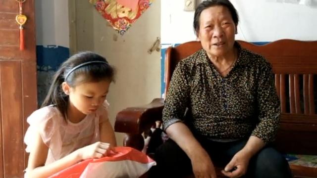老太打工每月200元,独自养孙女十年