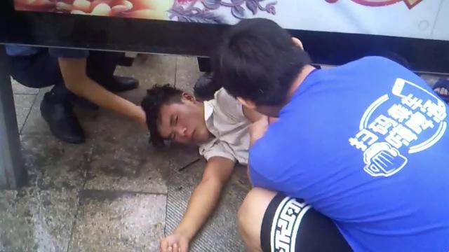他路边突发癫痫,青岛特警紧急救助