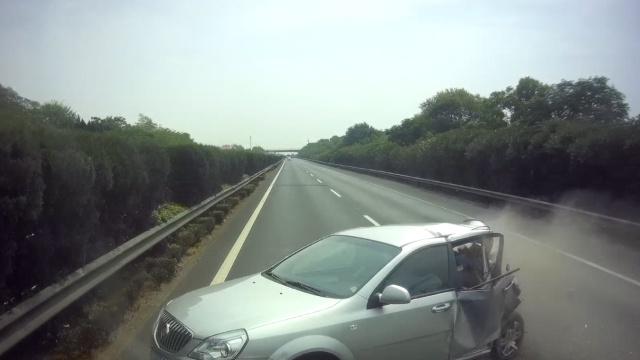 小车高速突停,被货车撞掉