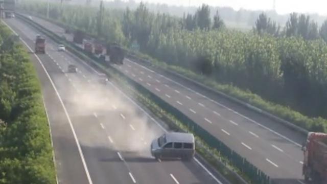 小客车高速爆胎狂转270°,撞向后车