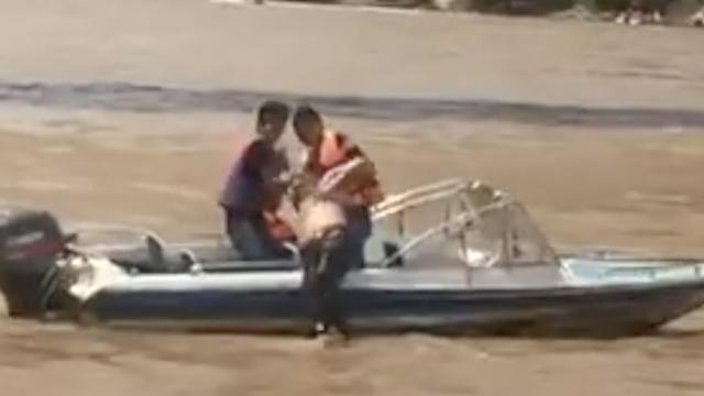 男子跳黄河轻生,搜救员快艇捞上岸