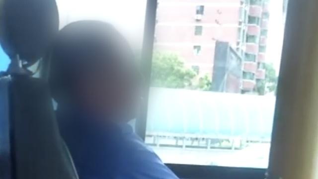 公交司机犯困,开车打瞌睡,乘客吓懵