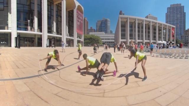 超炫!VR带你看纽约街头的花式跳绳