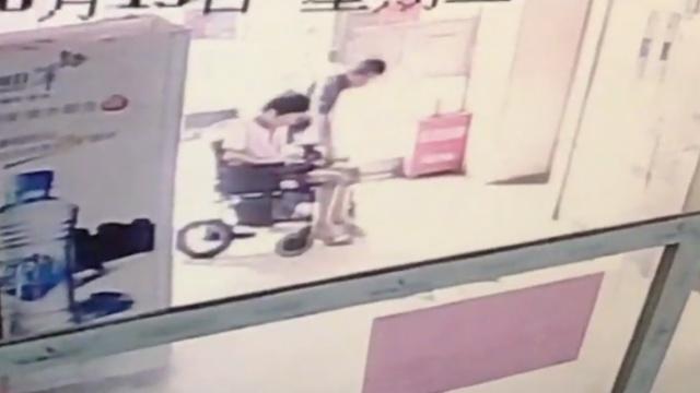 流浪汉假装帮人推轮椅,翻脸抢钱包