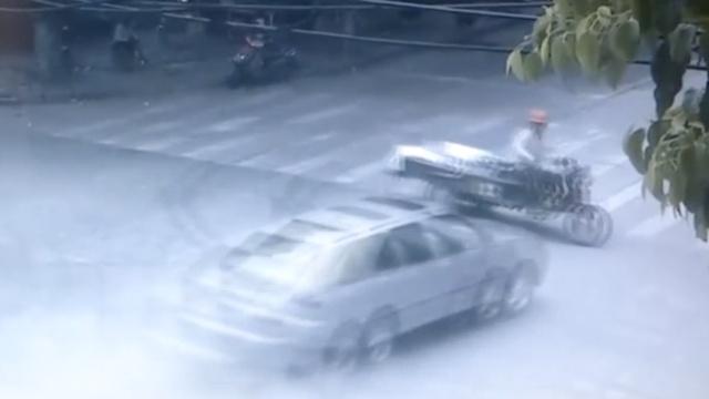小车过路口不减速,撞飞三轮再撞树