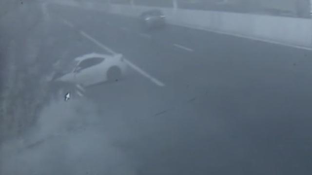 监控:跑车路口漂移,一头撞上护栏