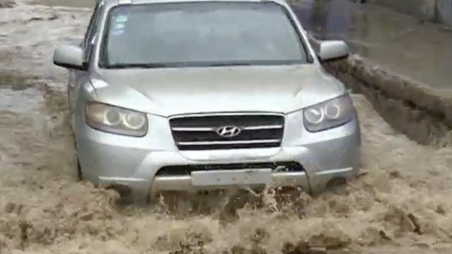 涵洞积水如河,轿车路过车牌秒掉