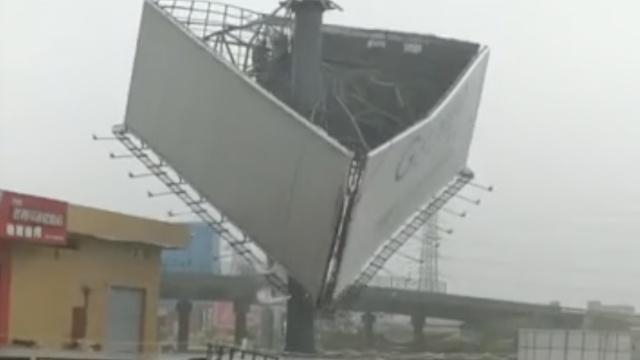 天鸽刚过帕卡又来,台风刮掉广告牌