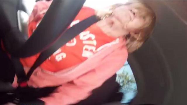 70岁奶奶酒后驾车,路边车全遭殃