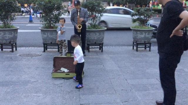 父亲带5岁男童街头卖唱:锻炼孩子