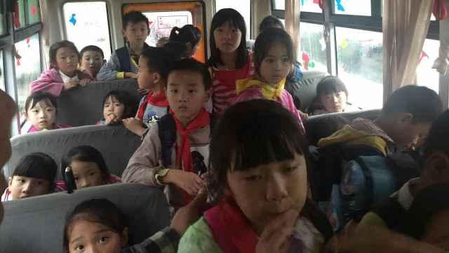 他开校车竟严重超载!车上站满孩子