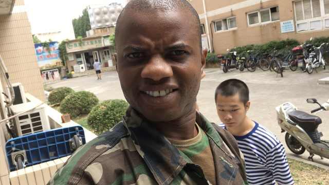 黑人小哥参加军训:和我们那不一样