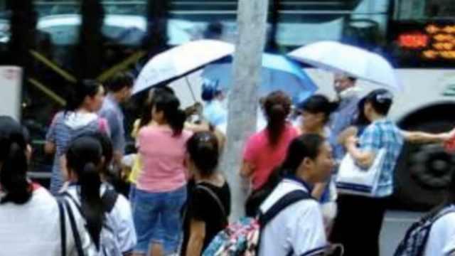 孕妇校门口产子,师生举伞搭