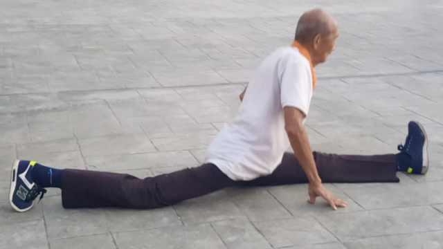7旬老人锻炼36年,轻松下腰劈一字马