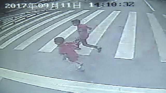 3小学生校门口过马路,1人被车撞飞