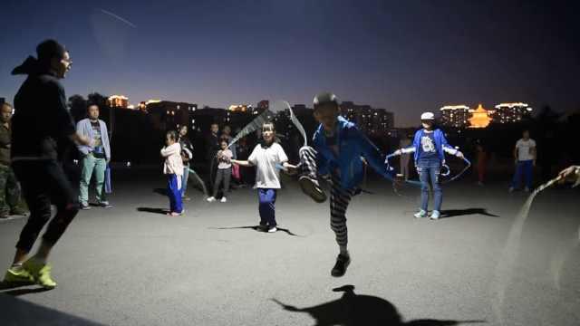 广场舞走开!萌娃花式跳绳占领公园