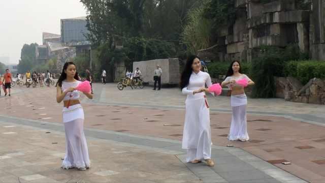 3白衣长袍美女街头起舞,身材霸道