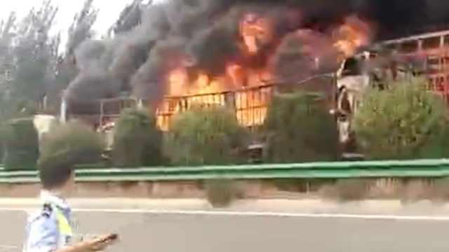 半挂车满载沥青追尾起火,浓烟冲天