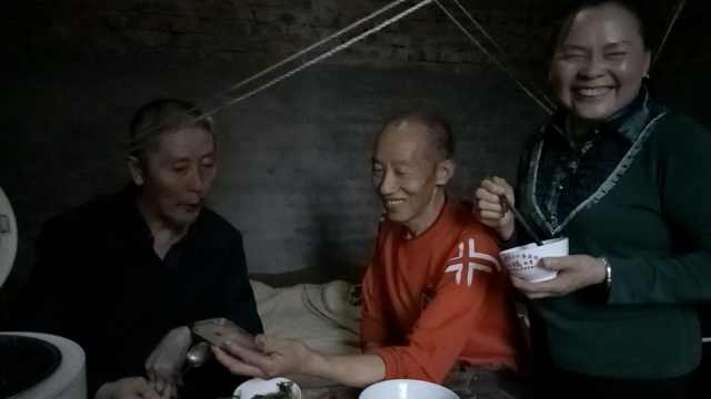 他把妻子瘫痪前夫当兄弟,照顾25年
