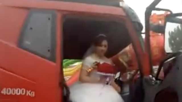 霸气!小伙娶妻,20辆卡车组迎亲队