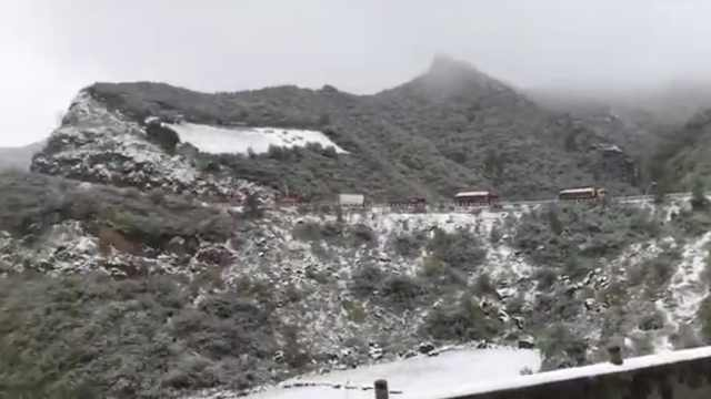 甘肃河北大雪纷飞,道路积雪车难行