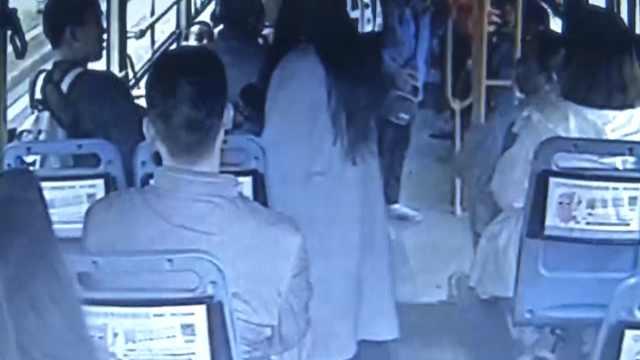 男孩坐公交到站不下车,求司机报警