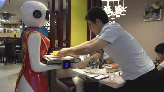 美女机器人跑堂送菜,食客看稀奇