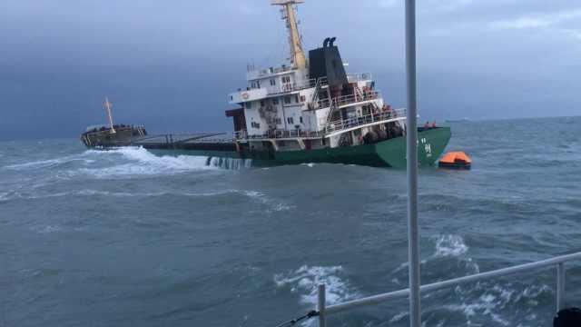 货轮触礁,海警怒海狂涛中救下16人