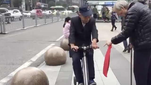 老可爱!7旬爷骑平行车逛街被围观
