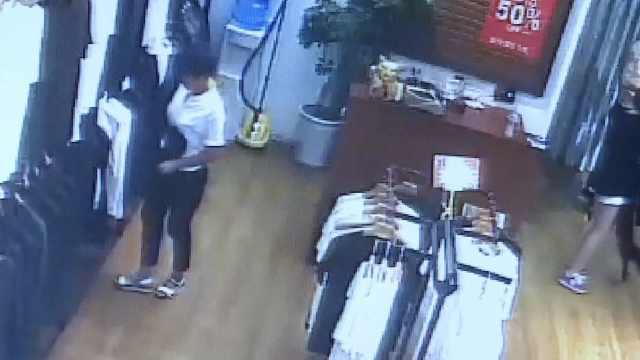 女子偷衣服藏裤裆,偷完这家偷那家