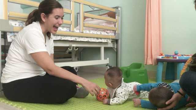 美国女孩中国当义工,照顾孤儿弃婴