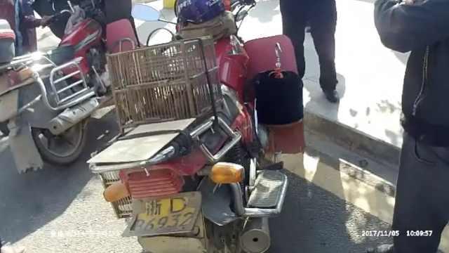 奇葩摩托身背3块车牌,没一块能用