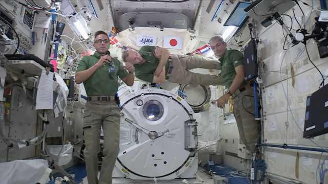 NASA宇航员为小学生太空授课