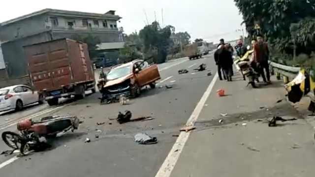 轿车撞栏祸及后方车辆,碎片撒一地