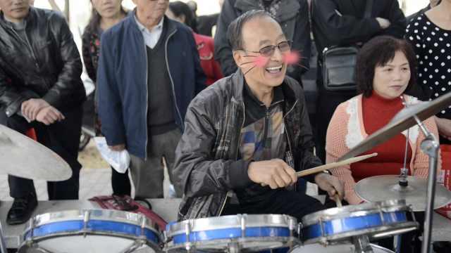 68岁老男孩迷上架子鼓,不输年轻人