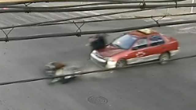 电动车被撞残,男孩打个滚站起来了