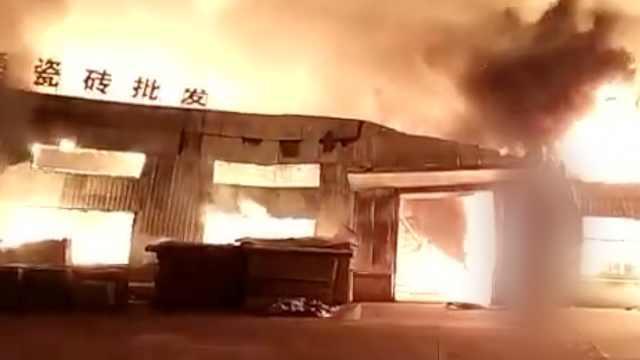 安徽一厂房发大火,火光照亮半边天